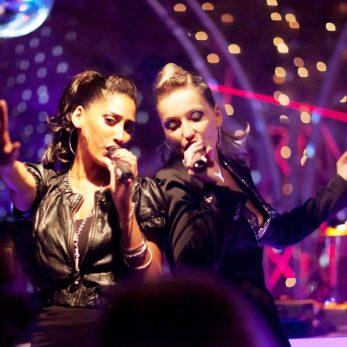 Tolle Lightshow um zwei Sängerinnen der Clubband