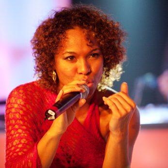 Porttrait einer Sängerin in Liveshow