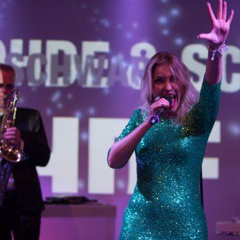 Die Sängerin hat Spaß im glitzernden Kostüm
