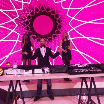 Zwei Sängerinnnen mit DJ Vince vor Videoprojektion