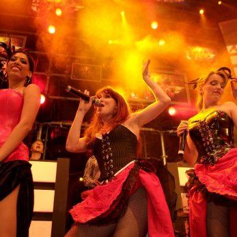 Die Sängerinnen der Galaband tragen wundervolle Kostüme