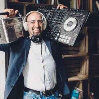 DJ Vince mit Ghettoblaster und DJ-Pult