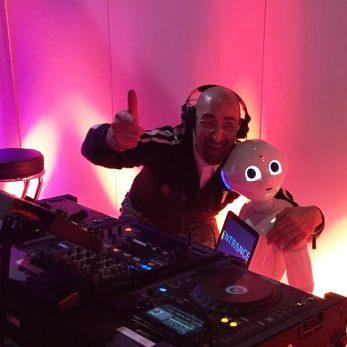 DJ VInce mit Roboter