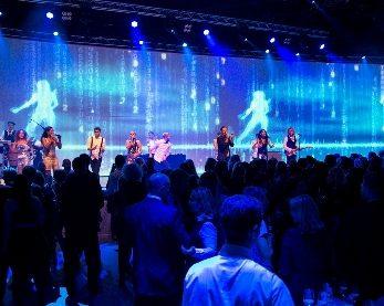 Messeband auf großer Bühne