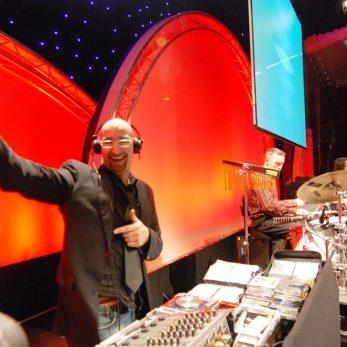DJ Vince mit Live-Perkussions