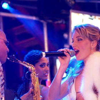 Partyband in endlem Outfit: Nur vom Feinsten auf der Bühne