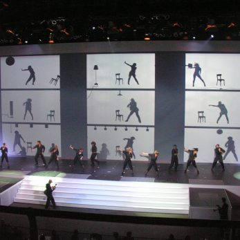 Tänzer auf der Bühne mit Videoprojektion