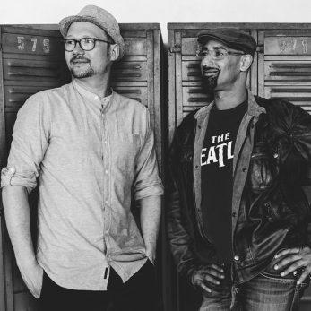 DJ Duo, Zwei DJs vor Schrank