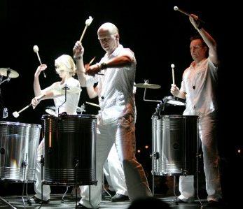 Show-Perkussion in bestem Licht auf der Bühne
