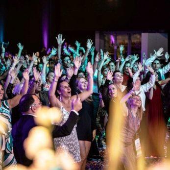 Hochzeits-Party: Die Gäste werden in Stimmung gebracht
