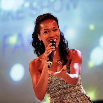 Freundliche Sängerin auf der Bühne