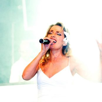Sängerin gibt alles