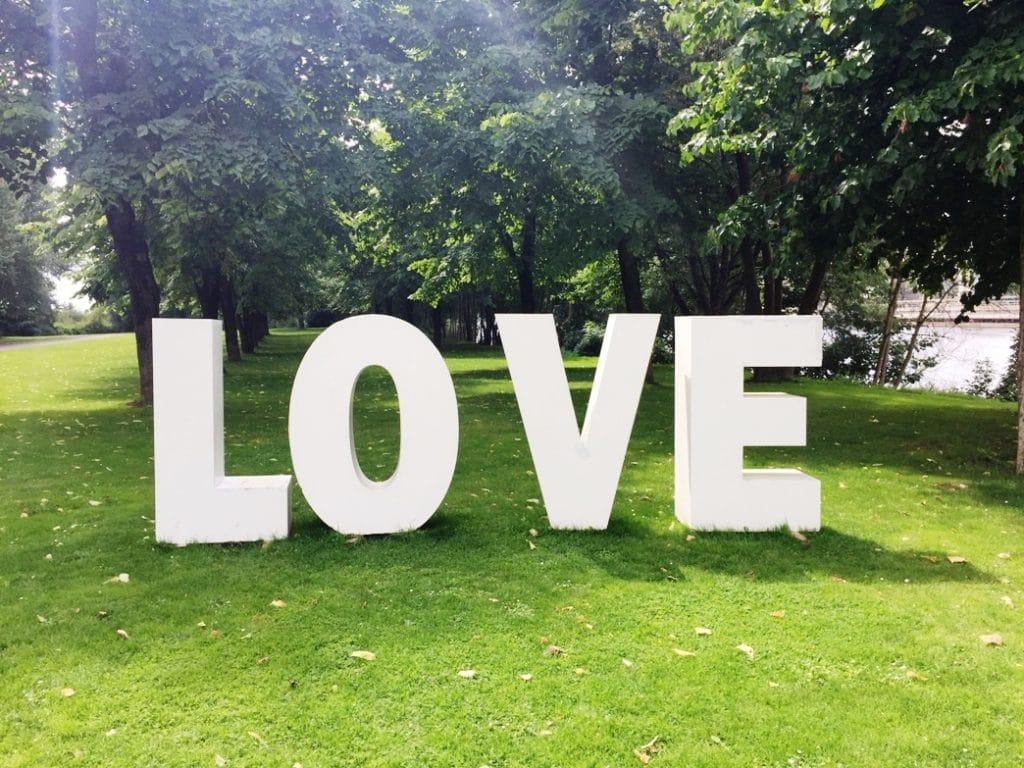 Buchstaben-Installation LOVE bei einer Hochzeitsfeier