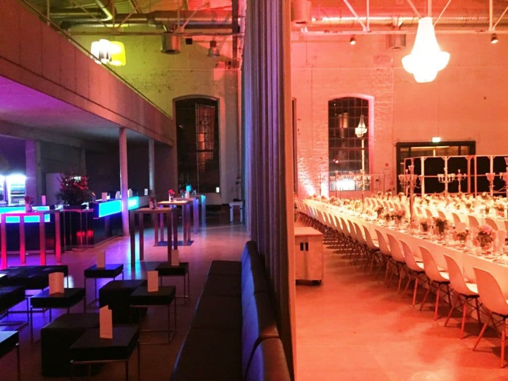 Hochzeitsfeier: Vorbereiter Saal mit Hochzeitslounge