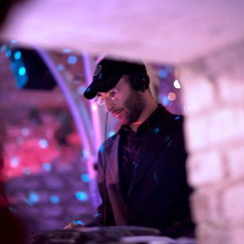 DJ konzentriert am DJ-Pult