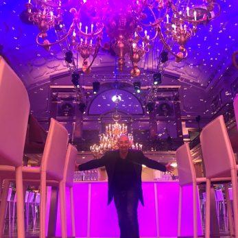 DJ für Hochzeitsfeier im festlich geschmückten Raum