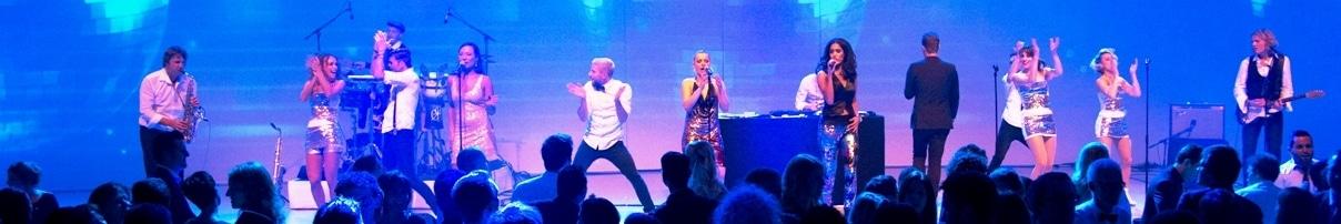 Live-DJ mit Musikern auf der Bühne