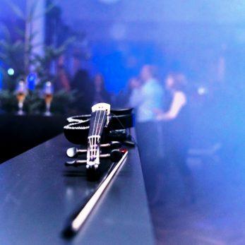Geige liegt auf der Bar