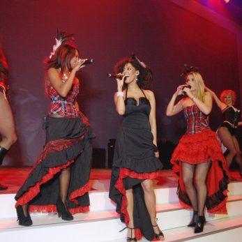 Sängerinnen und Tänzerinnen auf der Bühne