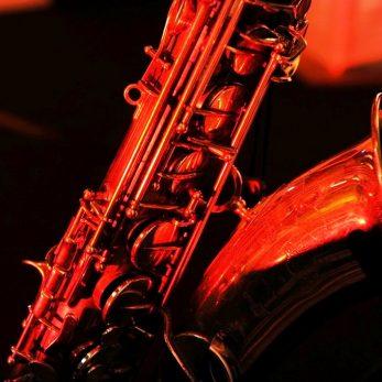 Saxophone im Bühnenlicht