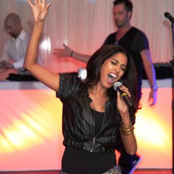 DJ Plus live Musiker: Wunderschöne Sängerin in Action
