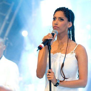 Sängerin und Musiker auf Live-Bühne