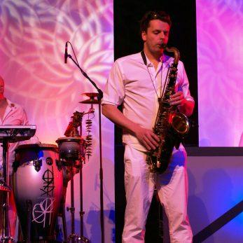 DJ Vince mit Perkussionist und Saxophonist