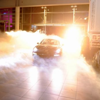 Showproduktion einer Autoshow: Das Auto fährt im Nebel in die Halle