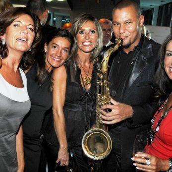 Saxofonist mit Hochzeitsgästen
