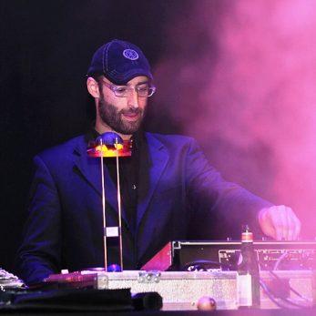 DJ Voince auf der Bühne