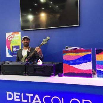 DJ Vince mit Bass hinten seinen Turntables